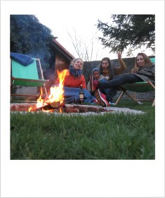 Outdoor fireplace, wine, good friends: perfect combination.